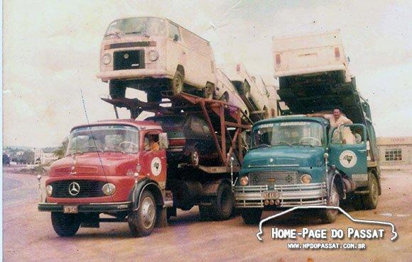 Caminhões cegonha em 1981 ou 1982, transportando veículos VW.