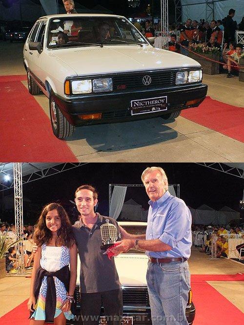 """Bruno Lara recebendo o troféu de destaque pelo seu LSE """"Iraque"""" 1986. Créditos da foto: Portal Maxicar."""