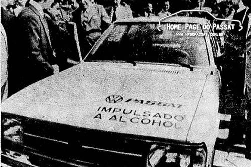 """A entrega do Passat """"impulsado a alcohol"""" para o presidente Alfredo Stroessner."""