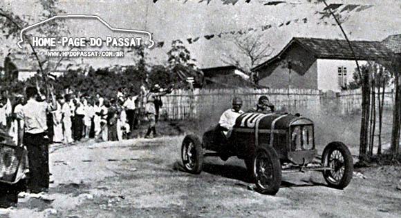 """Imagem do Circuito das Cucarachas, em 1937. No canto direito é possível ver o Ford nº 8, do """"volante"""" João da Luz, tombado. O piloto sofreu apenas escoriações. Fonte: Revista Careta nº 1521."""